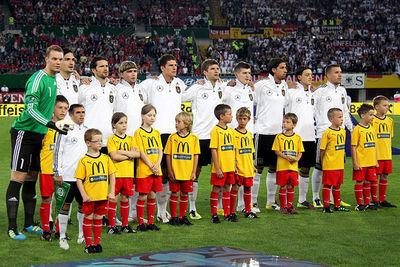 400px-Deutsche_Fussballnationalmannschaft_2011_kleiner_Lahm.jpg