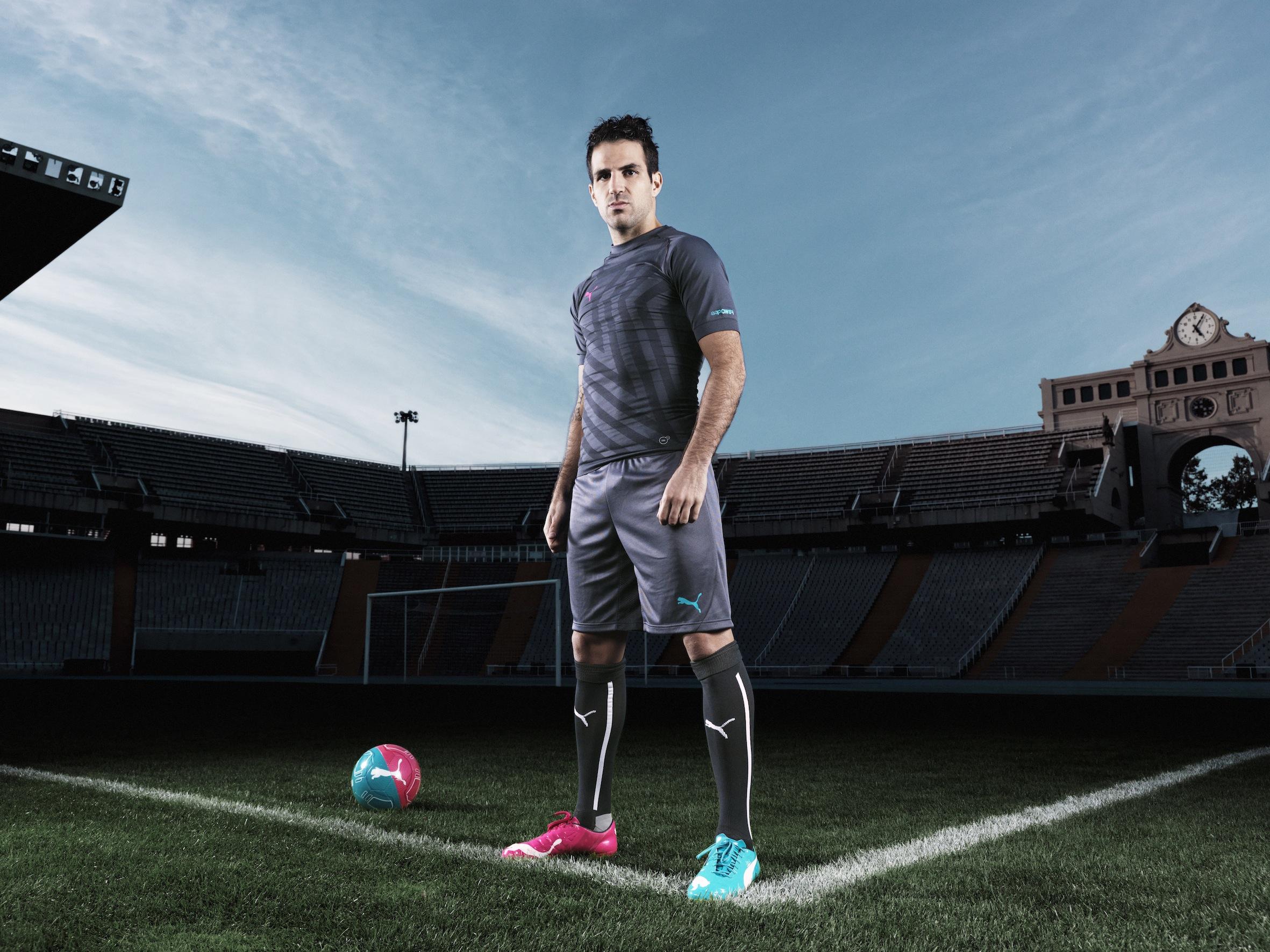 Spaniens Mittelfeldspieler Cesc Fàbregas mit den neuen PUMA evoPOWER Tricks.jpg